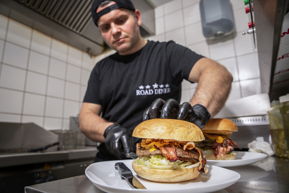 Road Diner - Küchenchef Burger preparation