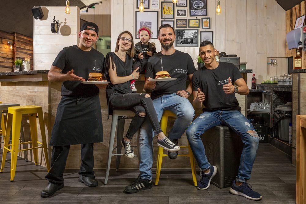 Road Diner Gruppenfoto mit Burger